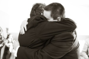 hugging-571076_1920